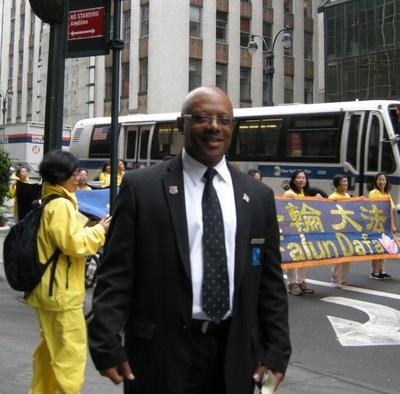 Douglas bekerja di sebuah gedung di dekat parade. Dia mengatakan,