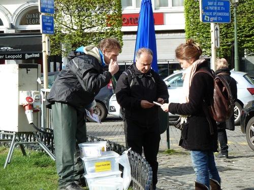 Pada sore hari, praktisi Falun Gong memperagakan latihan dan membagikan brosur di depan Gedung Parlemen Eropa