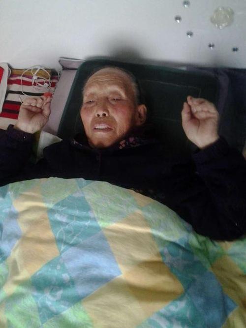Yuan Liqin yang berusia 81 tahun didorong ke lantai dan ditendang oleh polisi, yang mengakibatkan luka parah pada perutnya.