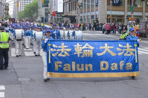 Tian Guo Marching Band tampil dalam parade di Manhattan, New York pada 13 Mei 2016.