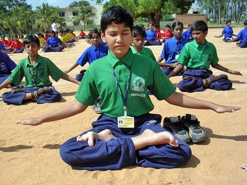 Murid-murid India melakukan latihan Falun Gong dalam kelompok.