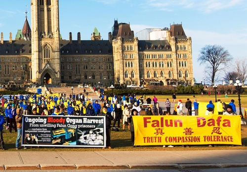 Praktisi Falun Gong berkumpul di Parliament Hill pada 9 Desember untuk menghimbau pemerintah Kanada untuk membantu mengakhiri penindasan terhadap Falun Gong di Tiongkok.