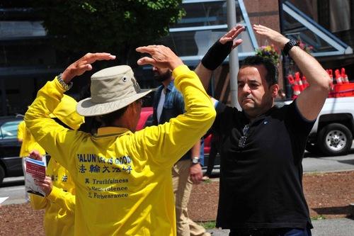 Seorang pejalan kaki mempelajari latihan Falun Gong