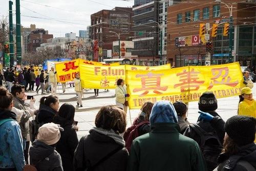 В Канаде прошел парад в поддержку 300 миллионов китайцев