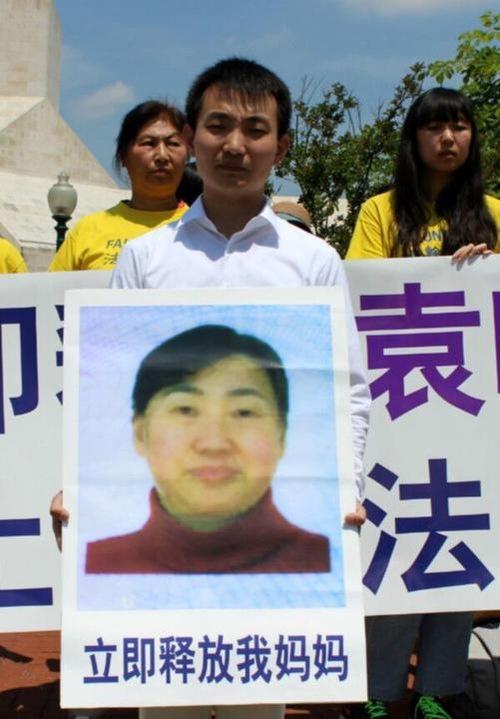 Du Haifan, warga Washington DC, melakukan protes di Kedutaan Tiongkok pada 27 Mei, meminta rejim membebaskan ibunya, Yuan Xiaoman, yang ditangkap di rumahnya di Dalian dua minggu yang lalu karena mengajukan pengaduan terhadap mantan diktator, Jiang Zemin tahun lalu.