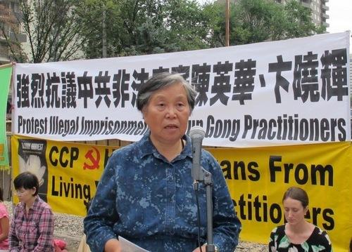 Ibu Chen Yinghua, Huang Jinling, berbicara pada sebuah konferensi pers di Calgary, Kanada pada 19 Agustus 2014, mendesak pembebasan Chen dan Bian.