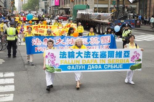 Praktisi dari berbagai negara berbaris dalam parade.