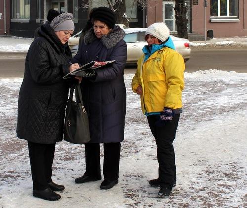 Masyarakat lokal menandatangani petisi menyerukan mengakhiri penganiayaan Falun Gong di Tiongkok