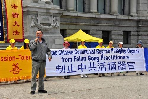 Li Jianfeng, seorang mantan hakim di Tiongkok, berbicara di rapat umum dan memuji semangat praktisi dalam melawan penganiayaan