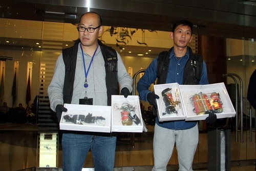Polisi Hong Kong memperlihatkan bom palsu yang mereka temukan di BP International di Hong Kong pada 17 Januari 2016.