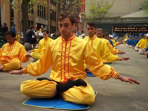 Praktisi melakukan meditasi Falun Dafa di Montreal selama perayaan Hari Falun Dafa pada 9 Mei.