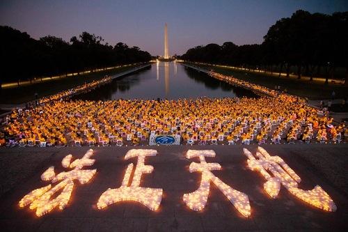 Praktisi menyalakan lilin di depan Tugu Peringatan Lincoln pada malam hari 14 Juli 2016.