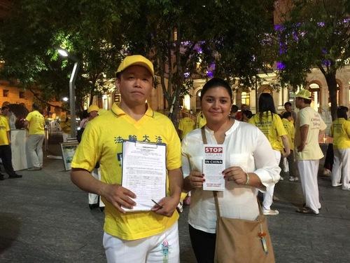 Vivi dari Columbia menandatangani petisi dan berfoto bersama dengan seorang praktisi