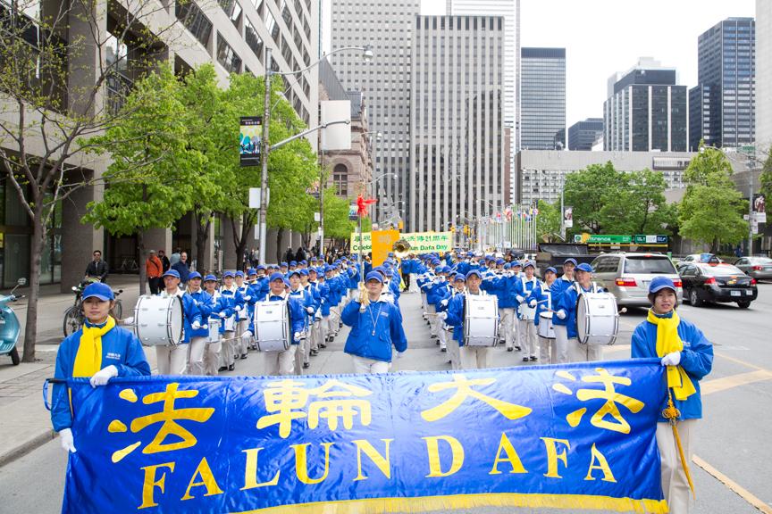 Toronto: Diễu hành và Mít tinh mừng ngày Pháp Luân Đại Pháp Thế ...
