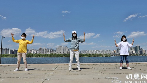 https://en.minghui.org/u/article_images/2021-5-16-mh-fldfd-korea-celebrate-24.jpg