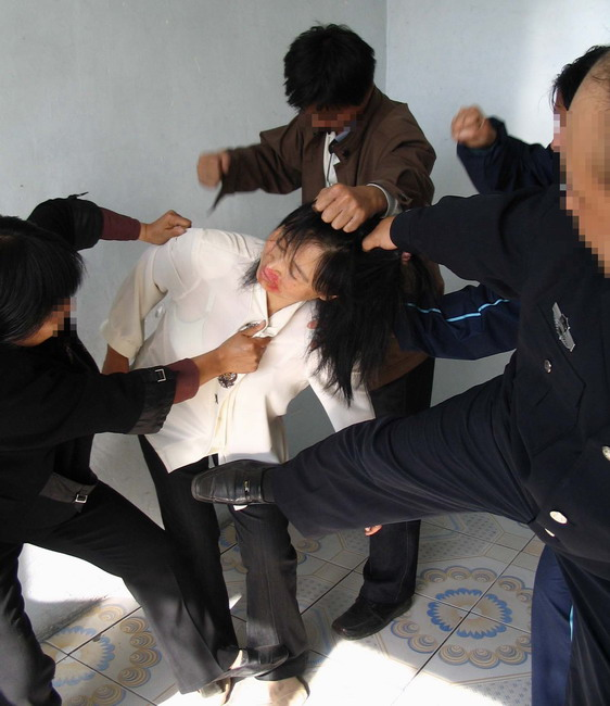 2013-9-24-minghui-torture-beating_ccky7dw.jpg