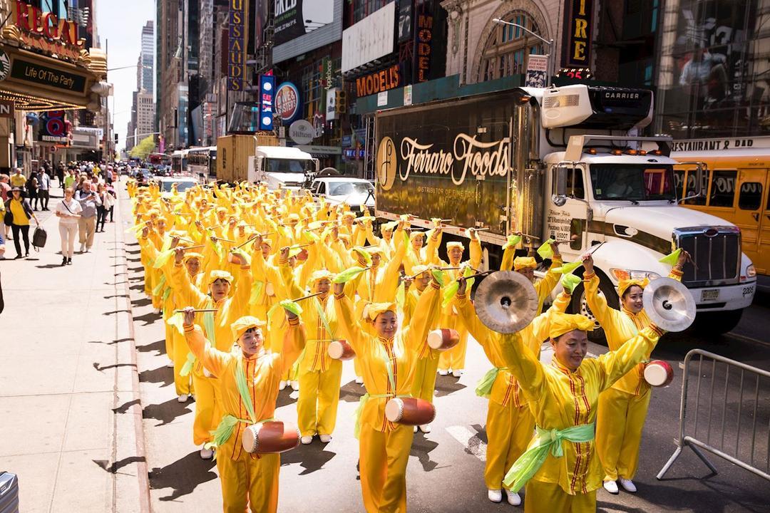 Celebrando el Día Mundial de Falun Dafa en Nueva York, Chicago y ...