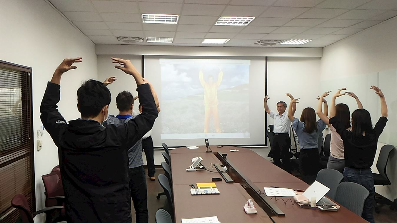 Peserta lokakarya mempelajari latihan Falun Dafa