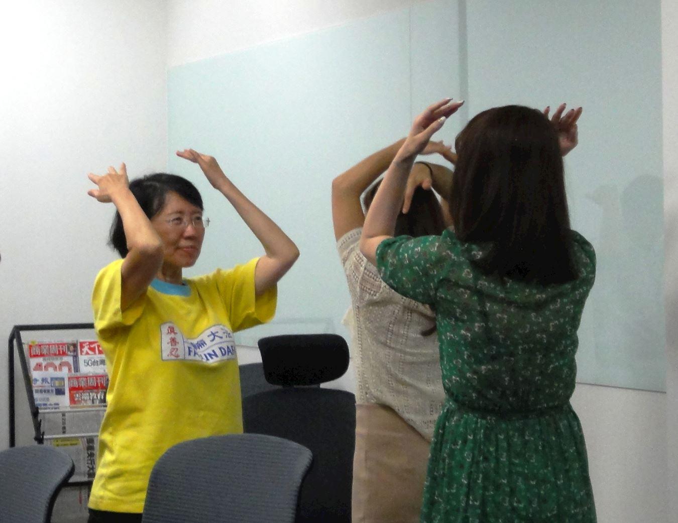 Seorang praktisi Falun Dafa sedang memeragakan latihan keempat