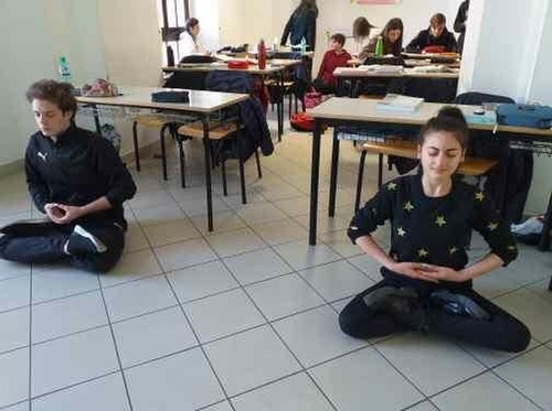 Последователи Фалуньгун представили практику в средних школах Италии