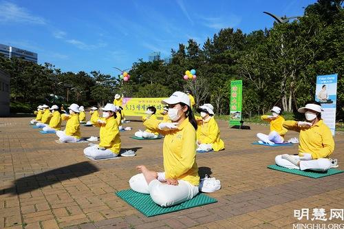 https://en.minghui.org/u/article_images/2021-5-16-mh-fldfd-korea-celebrate-10.jpg