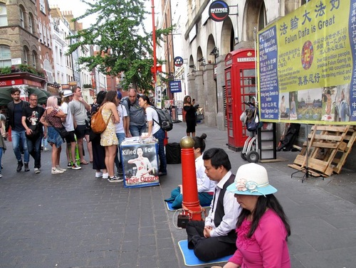 Информационная акция в китайском квартале Лондона удивила прохожих