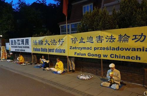 https://en.minghui.org/u/article_images/2020-7-31-poland-telling-falun-gong-truth_03.jpg