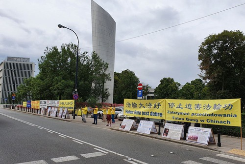 https://en.minghui.org/u/article_images/2020-7-31-poland-telling-falun-gong-truth_11.jpg