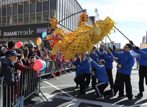Группа Фалуньгун на параде в честь восточного Нового года