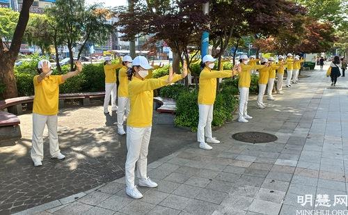https://en.minghui.org/u/article_images/2021-5-16-mh-fldfd-korea-celebrate-25.jpg