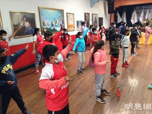 https://en.minghui.org/u/article_images/2021-8-21-peru-falun-gong-art-exhibition_05.jpg