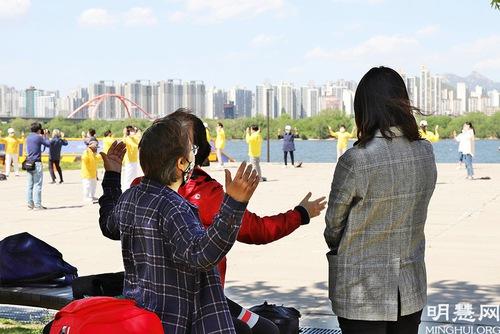 https://en.minghui.org/u/article_images/2021-5-16-mh-fldfd-korea-celebrate-20.jpg